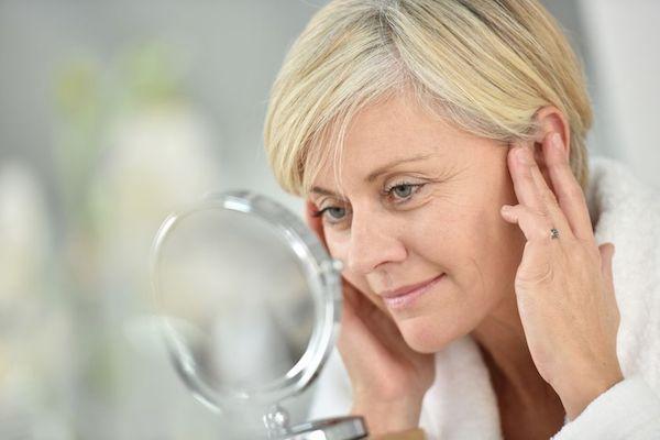 La cura della pelle matura: fondotinta, creme viso e prodotti per il décolleté