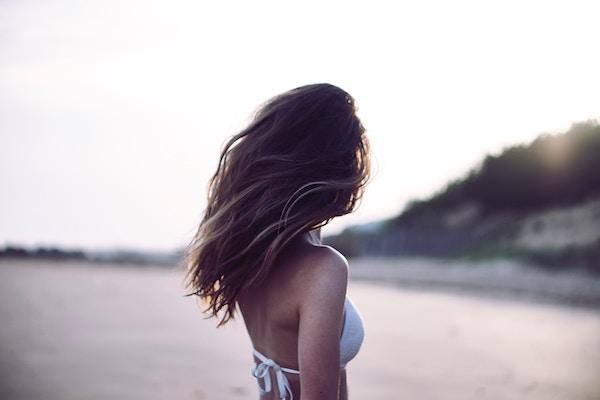 Come prevenire capelli secchi in estate con uno shampoo delicato