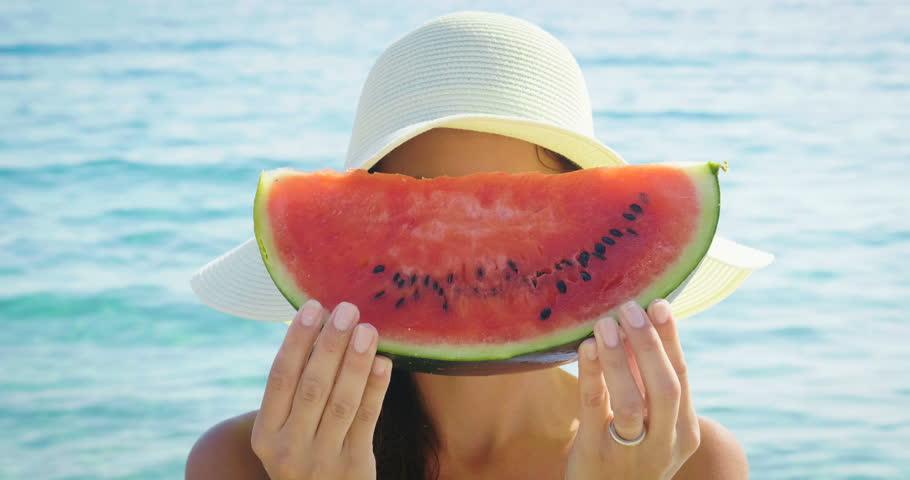 Bere, mangiare frutta e utilizzare integratori solari per mantenere la pelle idratata d'estate