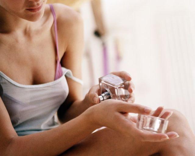 I profumi in estate non andrebbero usati perché fanno male alla pelle