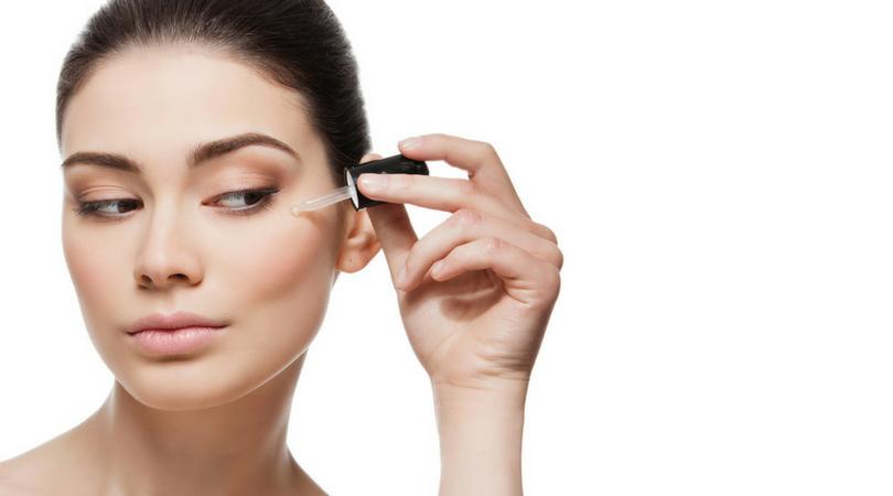 Quali sono le differenze fra un normale siero viso e un siero viso all'acido ialuronico?