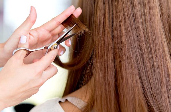 Tagliare i capelli li rinforza davvero?