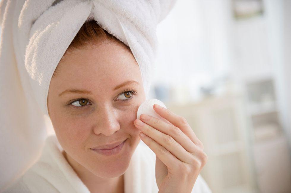 Cos'è e come usare un tonico astringente per i pori dilatati del viso